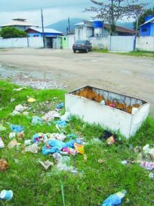 lixo na Praia João Rosa